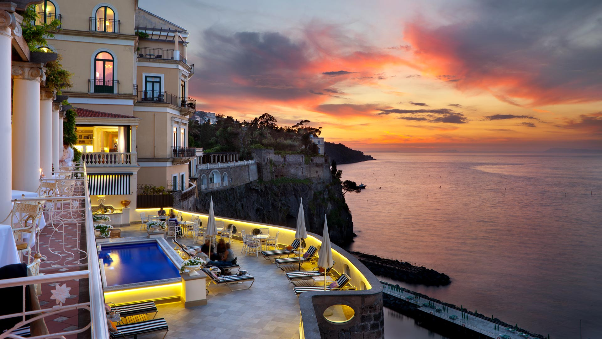 hotel sorrento Grand hotel royal is a 5 star hotel in sorrento centre, located on a cliff top above the sea, overlooking the gulf of naples and vesuvius.